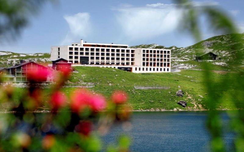 Aussicht auf das Hotel frutt Lodge & Spa auf Melchsee Frutt im Sommer.
